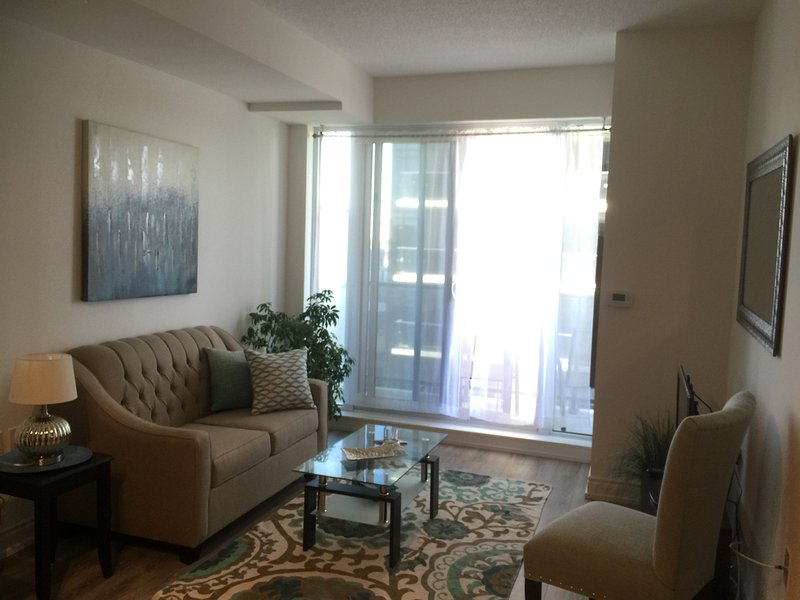 Brand New 1 Bedroom plus Den. Parking included!!, aluguéis de temporada em Newmarket