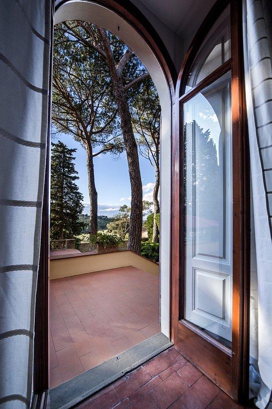 Detalle de puerta francesa principal de la sala de estar, que da a la glorieta y zona de salón