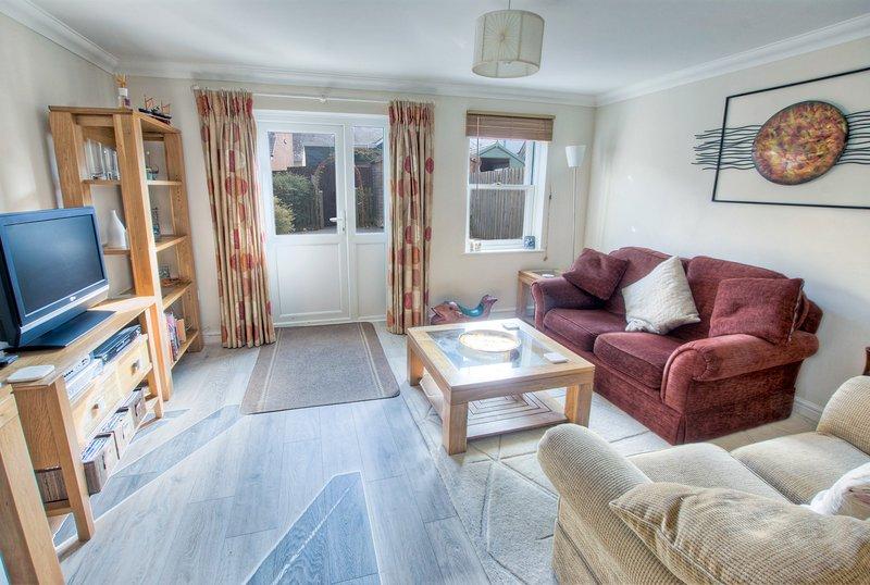 Lounge mit Tür zur hinteren Terrasse