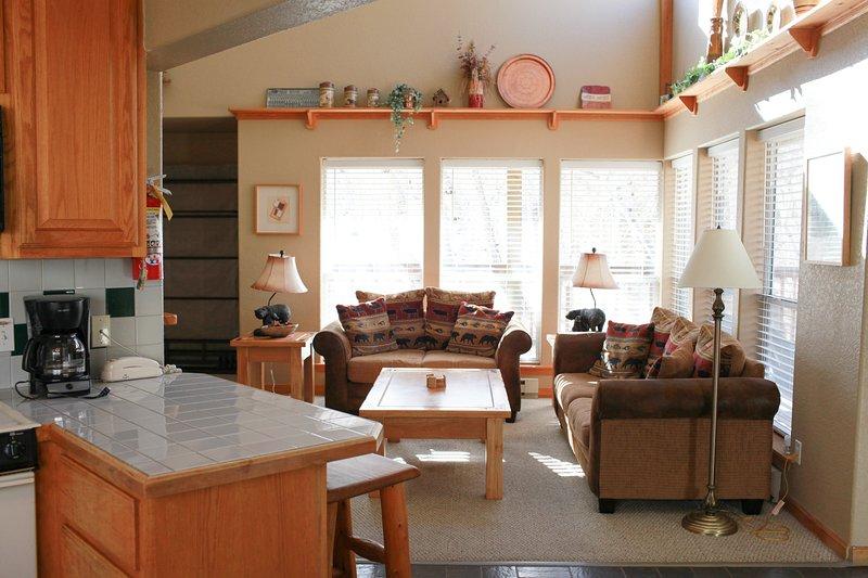 Los techos abovedados, luz natural, chimenea y un plan de piso abierto, lo hacen perfecto para relajarse!