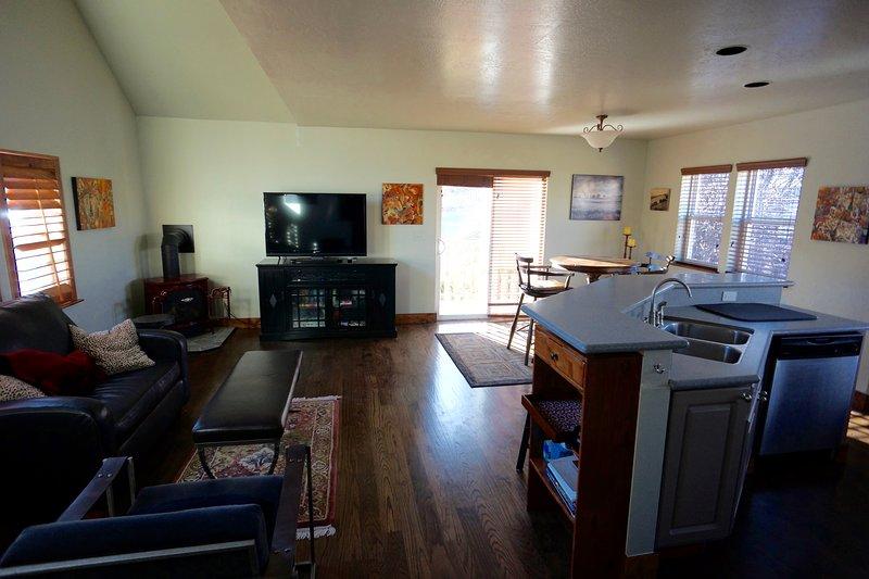 Gran cocina abierta, comedor y sala de estar. se añade nuevo sofá