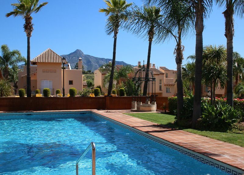Stunning modern villa Marbella with swimming pool at 30 steps from the house, holiday rental in Nueva Andalucia