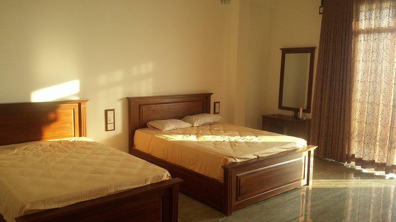 Slaapkamer met grote comfortabele bedden