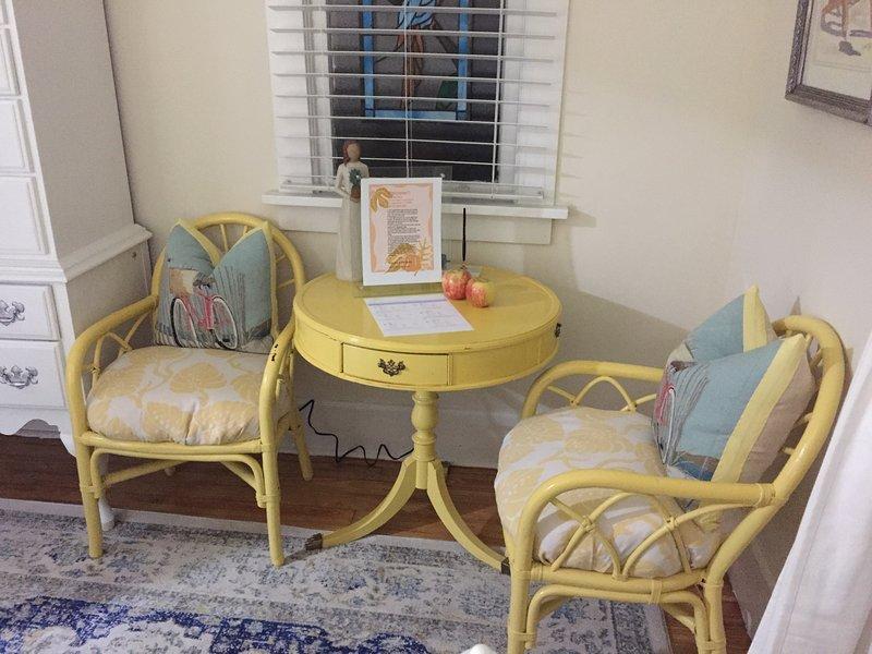 Mesa y sillas en el dormitorio para comer o usar una computadora