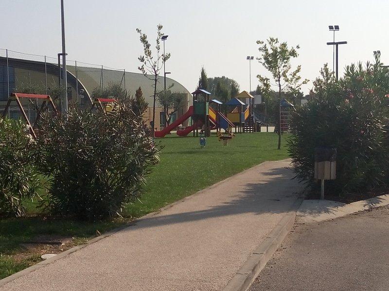 la gran chldren-parque infantil fuera de nuestra puerta.