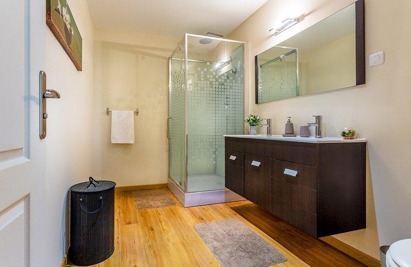 SDB 2 - floor - spacious and practical
