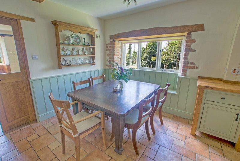 Cozinha espaçosa com mesa de jantar e cadeiras