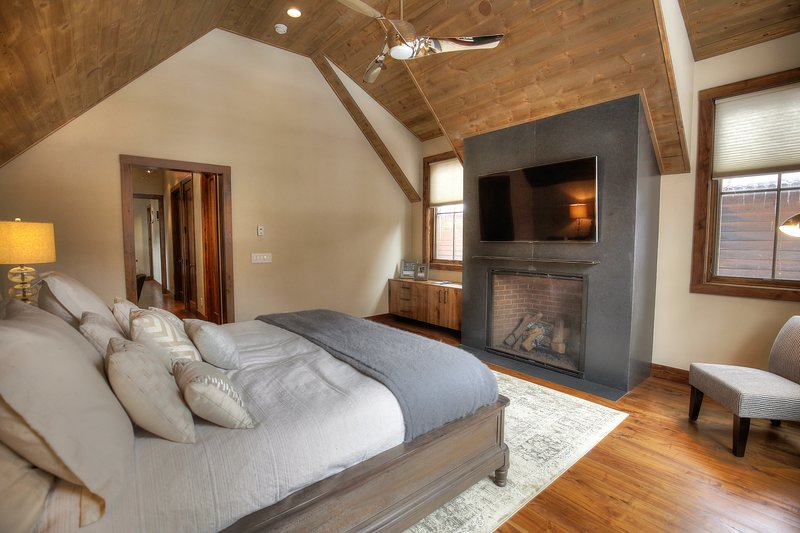 Master Bedroom: King Sized Bed, Fireplace, 50' HD TV with Direct TV, Vaulted Ceilings, Natural Light