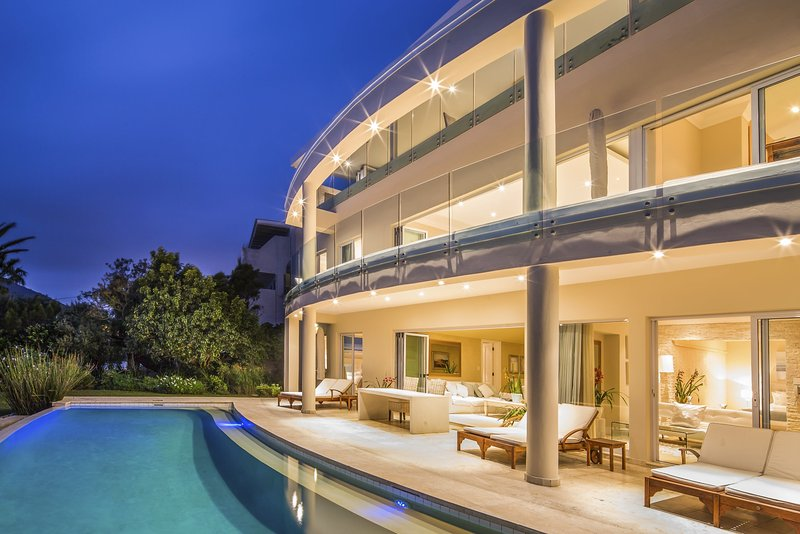 Atlantique Villa Camps Bay - seamlessly assimilates sky, sea and surrounds.
