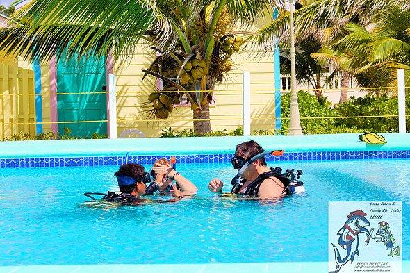 Los huéspedes reciben una lección de buceo con escafandra en el sitio de nuestra escuela y snorkel