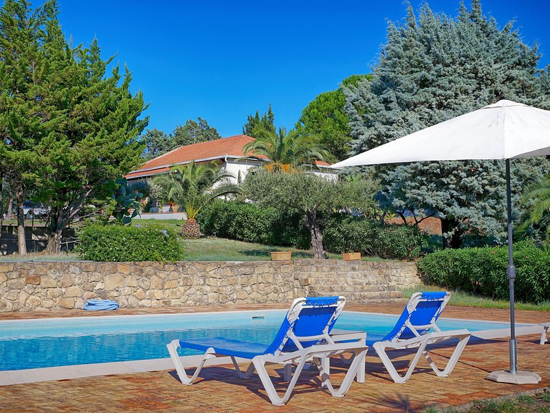 Villa with private pool and private tennis court in Capo d'Orlando among flowers, vakantiewoning in Capo d'Orlando