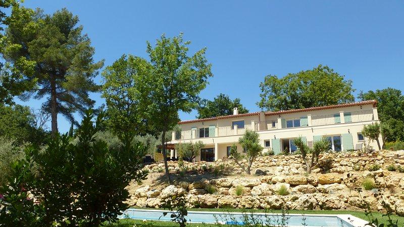 Le vallon des oliviers, maison avec piscine, jardins, cuisine d'été, dans un vallon calme et boisé