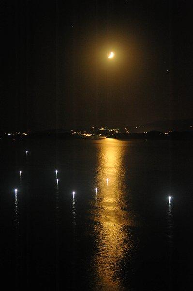 Maison JASMINE. La nuit tombe la lune derrière l'île de Skiathos. Les lampes de pêcheurs .....