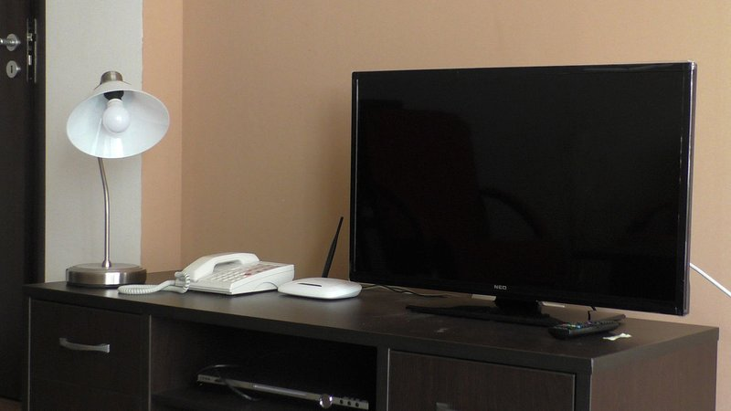 Led tv 32, wifi router and designer lamp