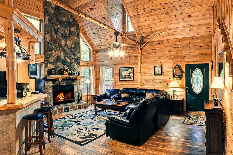 Deluxe Family Cabin 5BR 3BA | Hot Tub | Game Room | 26ft Ceiling | Trout Fishing, casa vacanza a Clarkesville