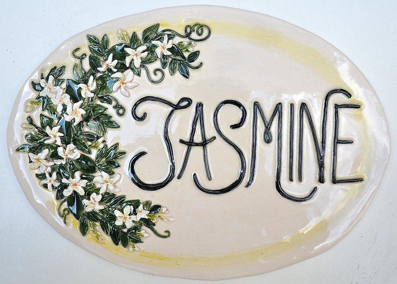 Maison JASMINE. La plaque en céramique extérieur de la maison.