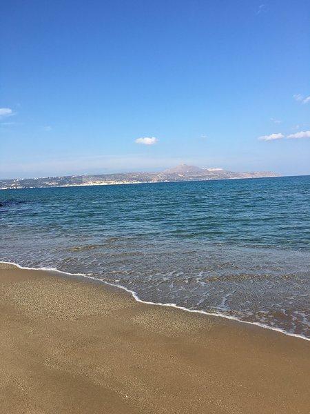 παραλία της Αλμυρίδας με ψιλή άμμο και πεντακάθαρα νερά