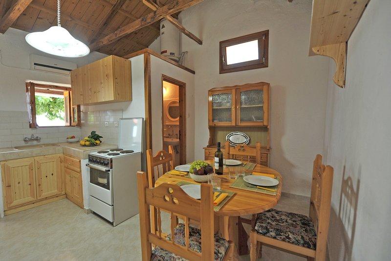 Villa CAMELIA. Sala de jantar para 6 pax contígua à casa de banho e cozinha.