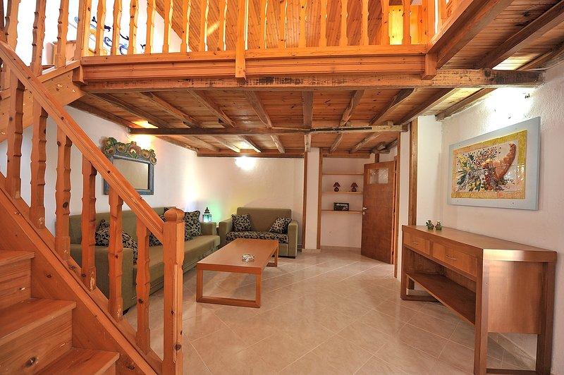 Villa CAMELIA. A sala conversível. O acesso ao quarto com casa de banho no piso térreo.