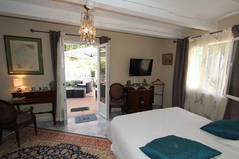 CHAMBRE D'HOTES DE CHARME 'OISEAU DE PARADIS' LA COURTESIE, location de vacances à Pourrieres
