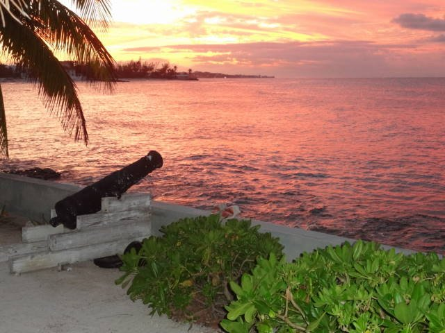 Vista desde la superficie de cubierta de arena puesta de sol