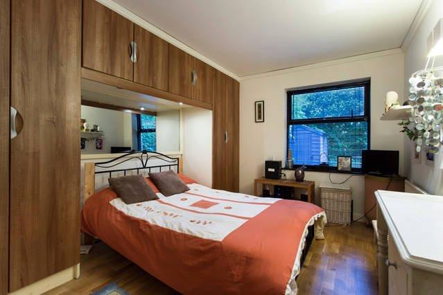Master-Schlafzimmer mit komfortablem Doppelbett Kokos-Matratze