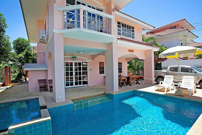 Baan Phailin | 4 Bed Villa with Private Pool near Jomtien Beach Pattaya, holiday rental in Pattaya