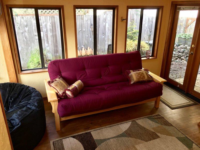 Il nuovo materasso futon può ospitare comodamente due persone ed è facile da configurare