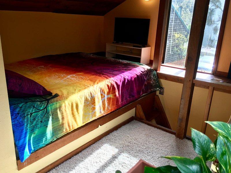 """La camera da letto soppalco ha nuova moquette, biancheria da letto e da 32 """"Samsung Smart TV"""