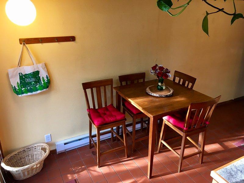 Il tavolo della cucina può ospitare quattro (ci sono anche quattro vassoi pieghevoli TV in salotto)