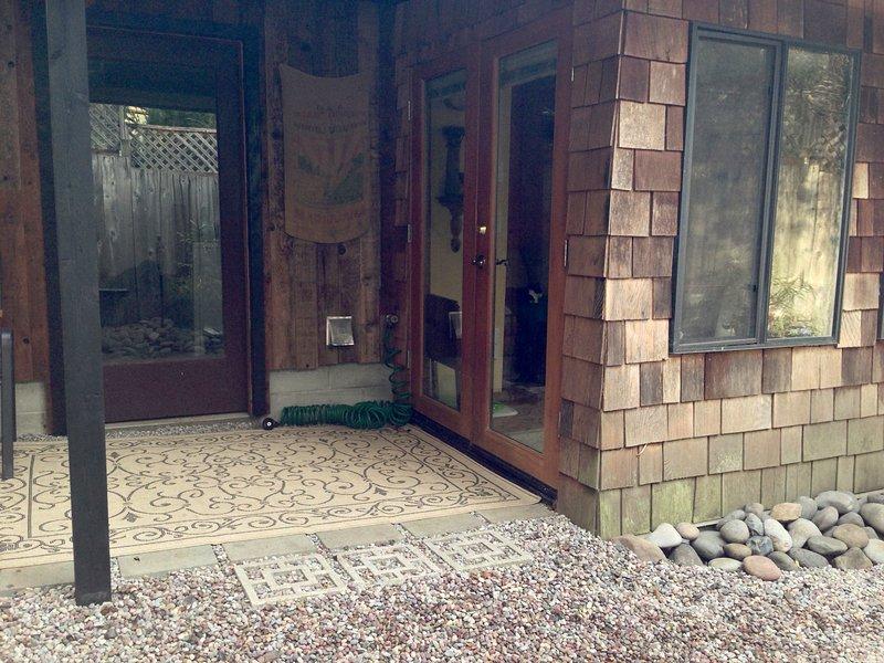 Francese porte aperte al patio posteriore e alla stanza bonus.