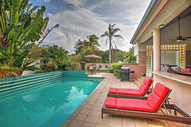¡Broncéate en la piscina privada o cena al aire libre!