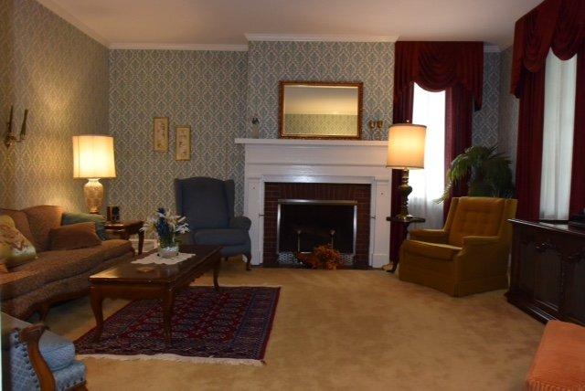 Sala de estar formal com TV no andar principal