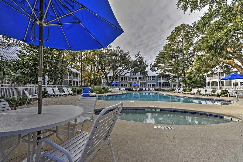 Com uma piscina comunidade, campos de ténis, e fácil acesso à praia mesmo à porta, este condomínio aluguer de férias promete um refúgio rejuvenescedor!