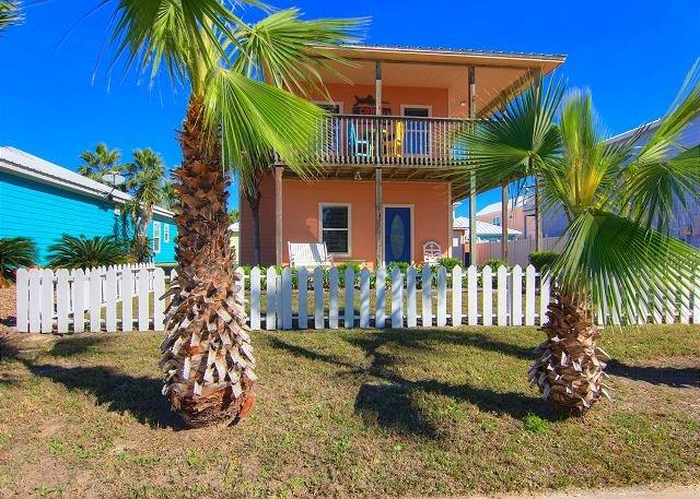 Beautiful private home! 1000 sq ft of decks! Community Pool! Boardwalk!, location de vacances à Port Aransas