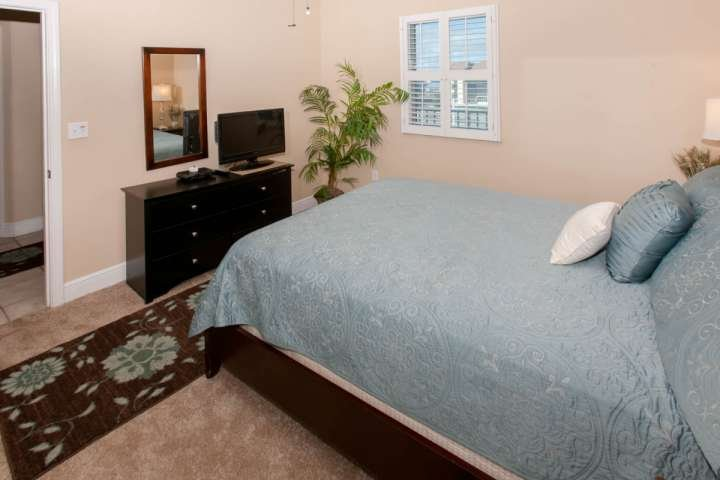 Guest room with 27-inch TV/DVD
