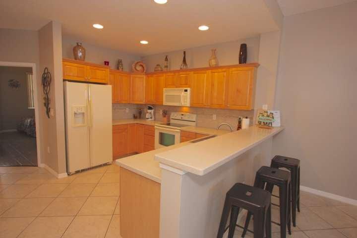 Cucina completa con piano cottura, lavastoviglie, forno a microonde, e tutti i piccoli elettrodomestici.