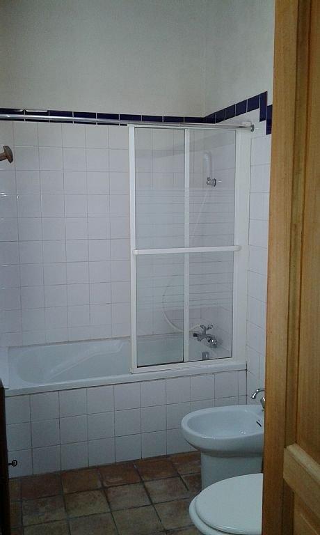 dormitorios y 2 baños. (Con bañera, lavabo, inodoro, bidet)