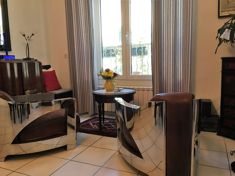 Apartment in Town Center - Large Sunny Terrace, vacation rental in L'Isle-sur-la-Sorgue