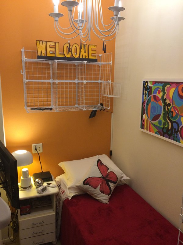 Cómodo y acogedor. Con TV, Wi-Fi, baño privado, refrigerado por aire y el acceso individual.