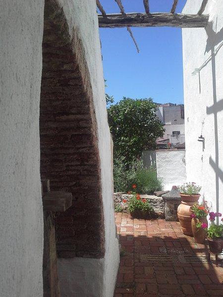 vecchia casa del 900 in pietra e tetti in legno, vacation rental in Nuoro