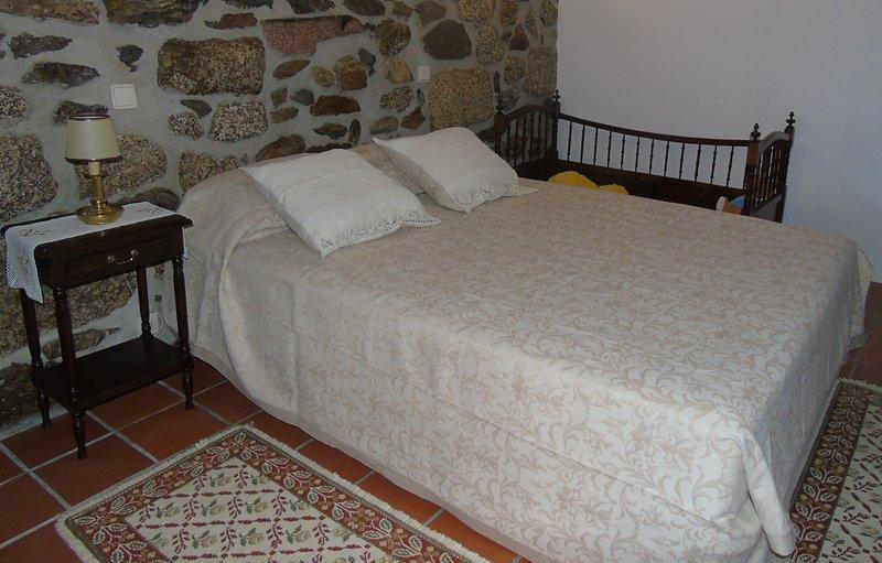 Dormitorio 1 cama doble con posibilidad de alojar a 2 niños menores de 12 años gratis, hogar instalaciones privadas