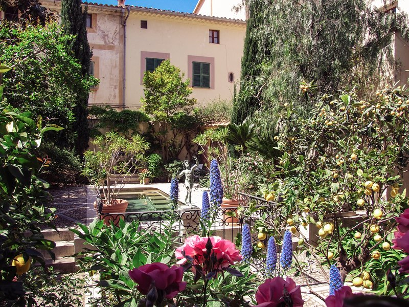 Town house with magnificent gardens and pool, vacation rental in Soller