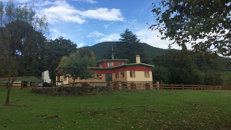 EL CAPRICHO DE D. JUSTO Preciosa casa rural 5*****en finca de 90.000 metros, holiday rental in La Adrada