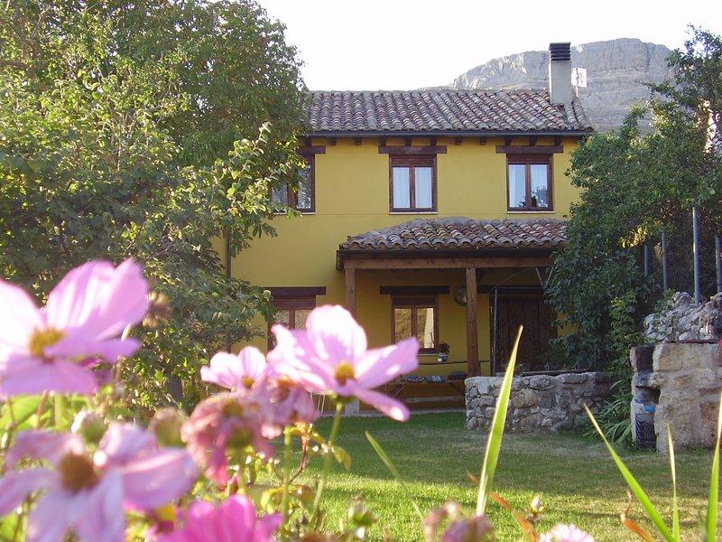 Vista de la casa rural y de Peña Amaya desde el jardín