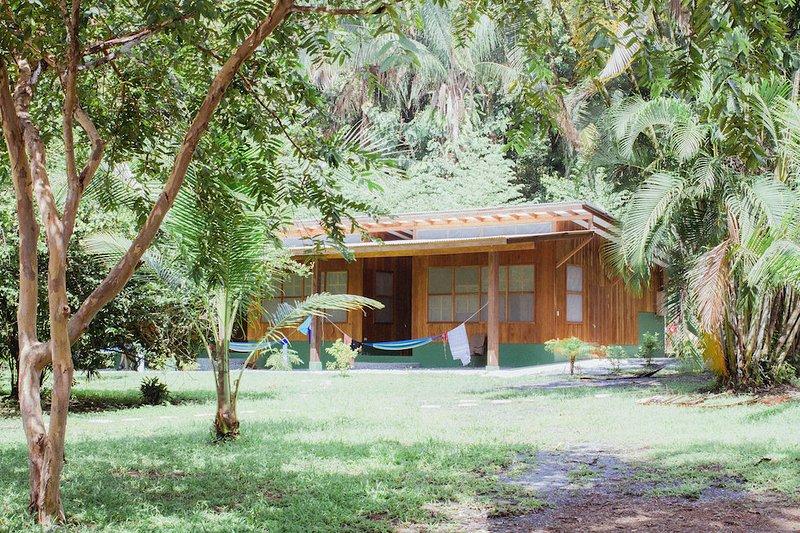 Ecológico alojamiento frente al mar ubicado en la base de una selva tropical. vistas excepcionales y tranquilo.