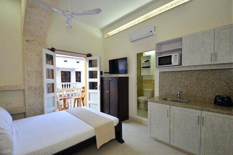 Old City Los Balcones Studio #202 - Private Balcony/Rooftop - AC/hot H20/WiFi, vacation rental in Cartagena
