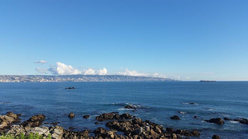 Superb huge 5BR apt. by the edge of Pacific Ocean, at Renaca (Vina Del Mar), vacation rental in Renaca