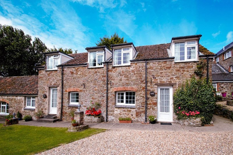 Ash - 2 Bedroom Cottage - Sleeps 4 - With Pool - North Devon, holiday rental in Saunton