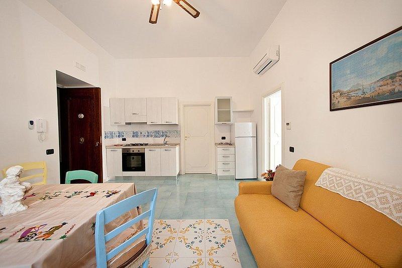 Vietri sul Mare Villa Sleeps 3 with Air Con and WiFi - 5310349, holiday rental in Raito